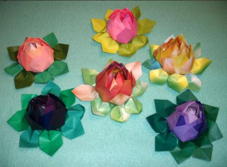They are quite easy to make and not very time-consuming. They require 4 sheets of paper for the petals and 2 sheets for the leaves, and all sheets of paper are cut in half. Do you like the look of these paper flowers?